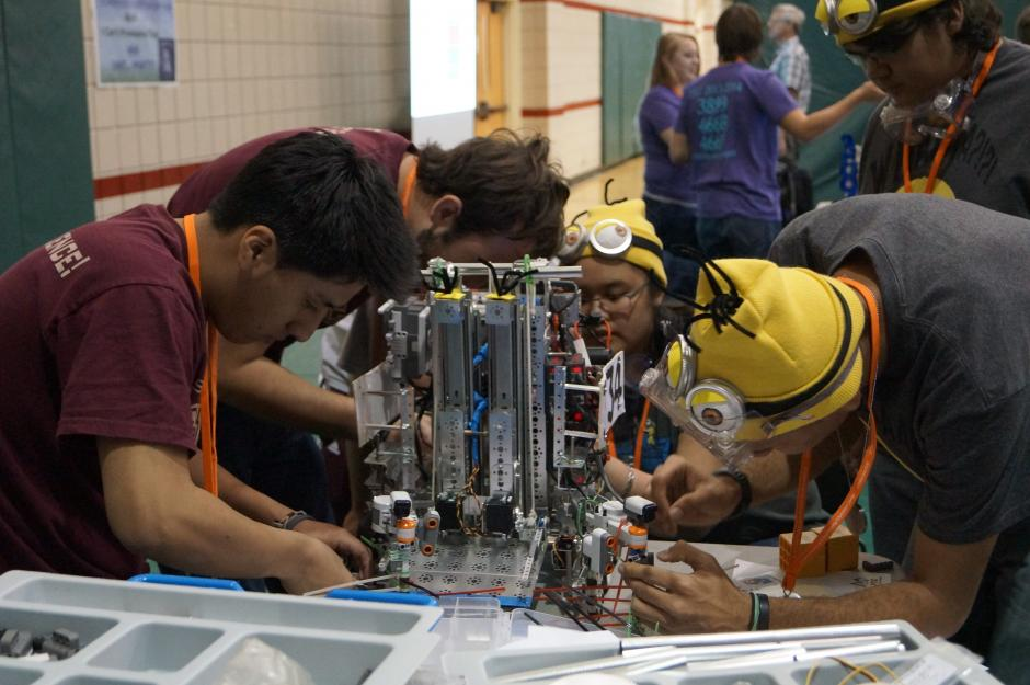 Students work on a robotics project at the School of Science/ Engineering Magnet in Dallas, Texas, one of about 450 U.S. campuses using the OECD Test for Schools. The optional exam allows schools worldwide to compare student proficiency in reading, mathematics, and science. (Photo courtesy of Science/Engineering Magnet)